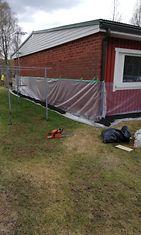 Useat talot Rovaniemellä ovat saaneet ylleen keväisen suojapuvun.