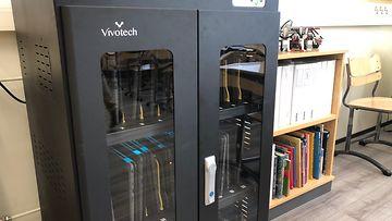 Vivotech-yhtiön UVC-latauskaappi vantaalaisen koulun luokkahuoneessa.