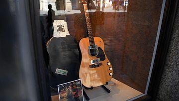 LK 210620 Kurt Cobain kitara huutokauppa
