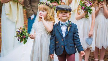 Lapset menossa naimisiin