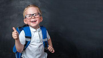 Shutterstock: koululainen, lapsi, iloinen, peukku