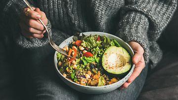 nainen syö salaattia