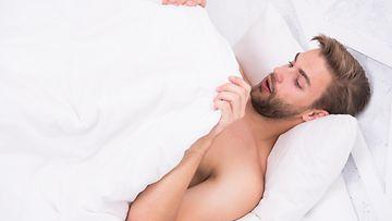 mies sängyssä (1)