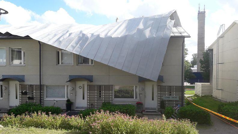 Tuusulassa tuuli repi lähes koko rivitalon kattolappeen pellit irti. (Kuva: Keski-Uudenmaan pelastuslaitos.)