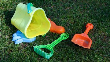 AOP: Lelut, nurmikko, ämpäri