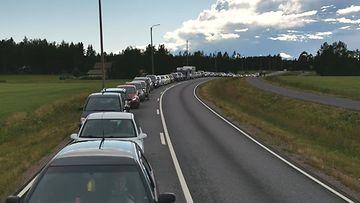 Eevertti Paloniemi nappasi kuvan autoista jonottaessaan ilmaisbensaa Tuurin kyläkaupalla eilen.
