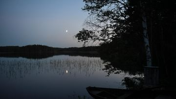 AOP kesäyö kesä yö suomi kuu taivas pimeä järvi puu vene