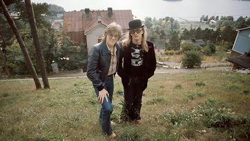 Jälleen yhdessä! Juice ja Mikko Pispalassa 1975 yhteisen paluunsa aikoihin. Molemmat lähtivät kiertueelle läpimurtonsa tehneinä artisteina. (Kuva: Martti Brandt.) Huom. Rajoitettu käyttöoikeus.