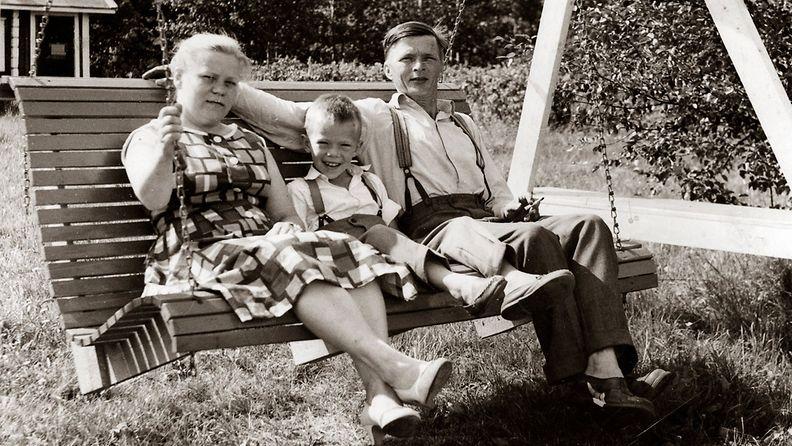Mikko Alatalo on Jaakko ja Anna-Liisa Alatalon ainoa lapsi. Kuva kotitalon pihalta Kiimingin Alakylässä 1950-luvun loppupuolella. (Kuva: Eepi Päkkilä / Mikko Alatalon albumi.) Huom. Rajoitettu käyttöoikeus.