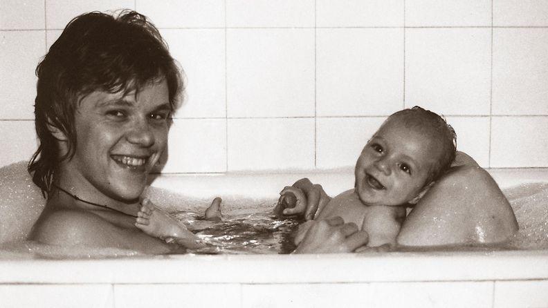 Tuore isä ja Jaska-vauva kylvyssä Tampereen Rongankadulla 1975. (Kuva: Mikko Alatalon albumi.) Rajoitettu käyttöoikeus.