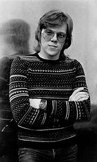 Määrätietoinen nuori mies toimittajan- ja muusikon uransa kynnyksellä 70-luvun alussa. (Kuva: Mikko Alatalon albumi.) Huom. Rajattu käyttöoikeus.