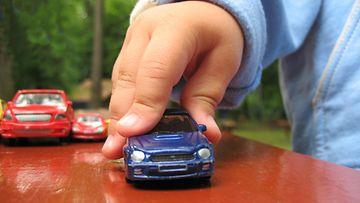 pikkupoika leikki autolla