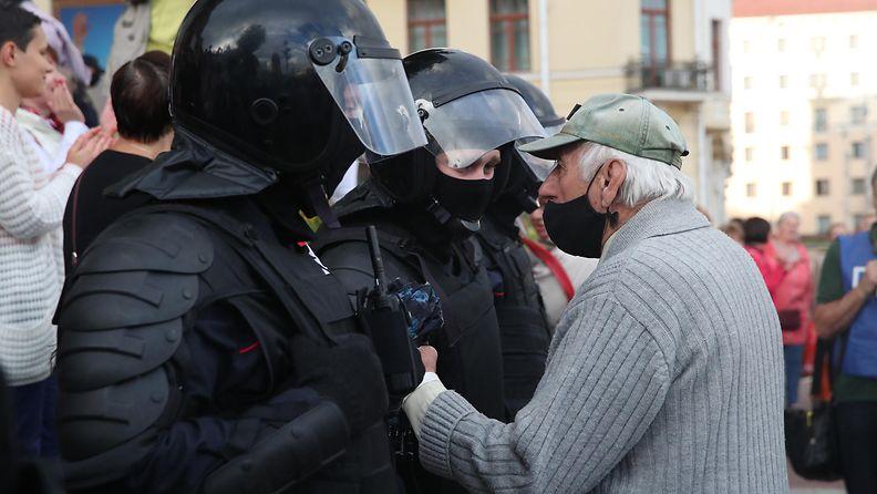 AOP Valko-Venäjä mellakkapoliisi