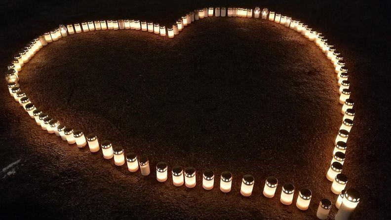Surunauhayhdistyksen kynttiläillassa muistetaan edesmeneitä läheisiä.