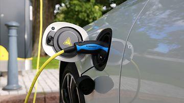 liikenneturva sähköauto hybridi lataaminen lataus