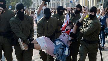 EPA Valko-Venäjä mielenosoitukset poliisi pidättää rauhanomaisia mielenosoittajia