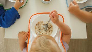 lapset päiväkoti ruokailu