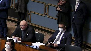 Ano Turtiainen istui keskiviikkona ilman maskia koronaviruksen saaneen Tom Pakalénin vieressä eduskunnassa.
