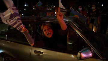 LEHTIKUVA Chileläiset äänestivät kansanäänestyksessä diktatuurin aikaista perustuslakia vastaan.