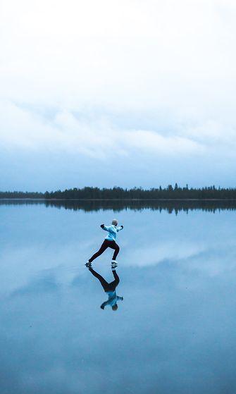 Esko Liukkaan otos luistelijasta veden peittämällä peilijäällä Ylläsjärvellä Lapissa.