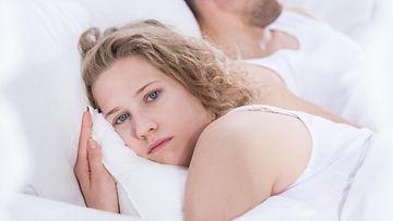 onneton nainen sängyssä