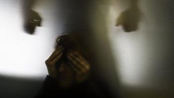 väkivalta parisuhdeväkivalta nainen mies kuvituskuva LK 251120