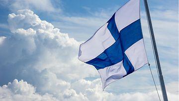shutterstock suomen lippu liehuu tuulessa