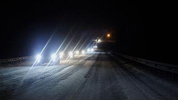 shutterstock talviautoilu pimeä liikenne