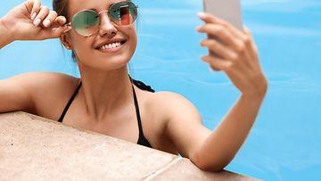 nainen, selfie, uima-altaalla