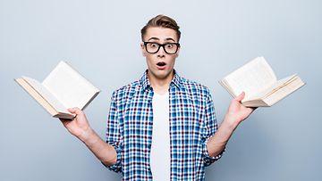 mies, kirjat, hämmentynyt