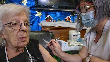 LK Kanada ensimmäinen koronarokotteen saaja Gisele Levesque