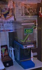 """Ikuri Arcade -pelihallista saa """"1980-luvun energiajuomaa"""", Hart-Sporttia alkuperäisestä automaatista."""