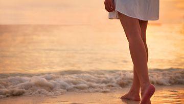 Shutterstock tyttö rannalla