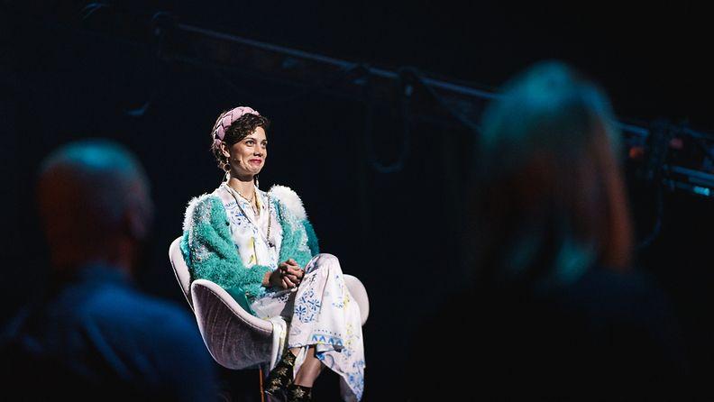 Laulu_rakkaudelle_S1_eps2_ManuelaBosco_tuolissa