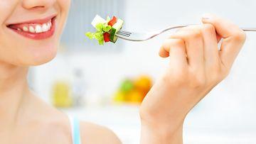 shutterstock nainen syö salaattia