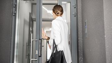 nainen poistumassa töistä