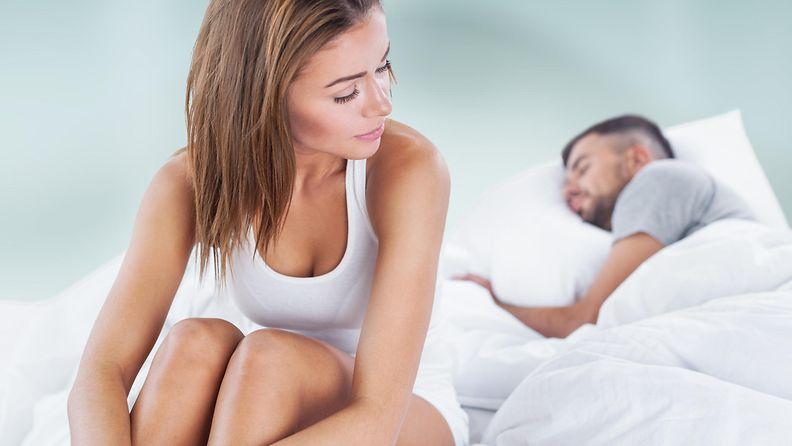 kaunis nainen, aviomies nukkuu