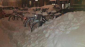 Toini-pyry toi Helsinkiin runsaasti lunta. Tämä kuva on Kruununhaasta, jossa autoilijoilla ei ole enää tilaa parkkeerata. Myös polkupyörät ovat uponneet hankien sekaan. 3