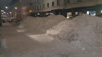 Toini-pyry toi Helsinkiin runsaasti lunta. Tämä kuva on Kruununhaasta, jossa autoilijoilla ei ole enää tilaa parkkeerata. Myös polkupyörät ovat uponneet hankien sekaan. 4