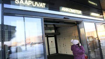 LK 17.1.2121  Henkilö astuu ulos saapuvien matkustajien ovista kylmään pakkasilmaan Länsiterminaalissa Helsingissä 15. tammikuuta 2021.