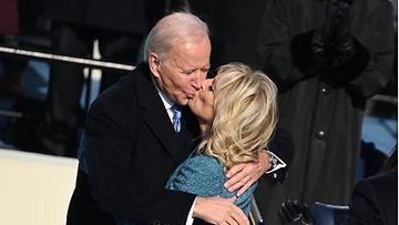 EPA Biden suutelee vaimoaan