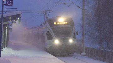 LK 25.1.2021 VR:n lähijuna Tapanilan asemalla Helsingissä 12. tammikuuta 2021.