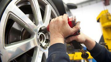 shutterstock autokorjaamo autohuolto auton huoltaminen korjaaminen