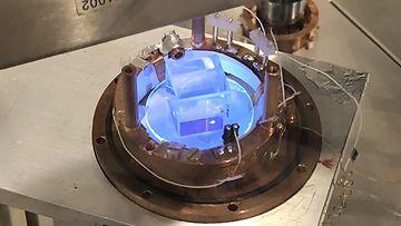 Kokeessa natriumjodidi-kide jäähdytetään lähelle absoluuttista nollapistettä (-273 °C). Se toimii pimeän aineen ilmaisimena.