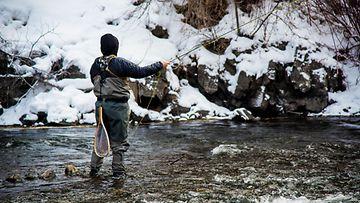 perhokalastaja talvella Utahissa
