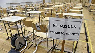 Tyhjä kirjoitussali Joensuun lyseon lukiossa 13. maaliskuuta 2020. Kevään ylioppilaskirjoitusten reaaliaineiden koepäiviä aikaistetaan viikolla koronavirustilanteen vuoksi.