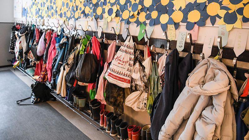 AOP koululaisten reppuja ja takkeja