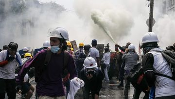 LK 3.3.2021 Myanmar mielenosoittajia