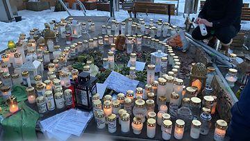 Kynttilöitä Koskelan uhrin muistoksi Helsimngissä 5.3.2021.