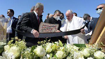 Paavi saa lahjoja osana tapaamista Urin kaupungissa.